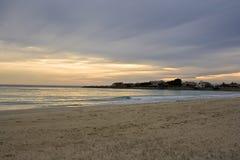 De zonsondergang van de winter op het overzees stock fotografie