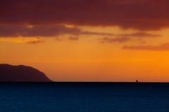 De Zonsondergang van de zeilboot stock fotografie