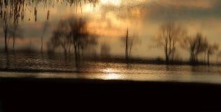 De zonsondergang van de zomer over meer stock fotografie