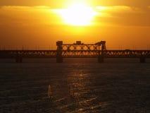 De zonsondergang van Dnipropetrovsk over brug Royalty-vrije Stock Afbeeldingen