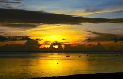 De zonsondergang van Fiji na onweer stock afbeelding