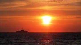 De zonsondergang van Griekenland en een boot Stock Foto