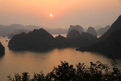 De Zonsondergang van de Halongbaai - Vietnam royalty-vrije stock foto's