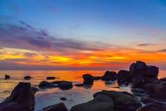 De Zonsondergang van hemelwolken hierboven - water Stock Foto