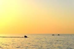 De zonsondergang van het Balkhashmeer met waterfiets en boot Stock Foto's