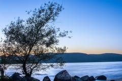 De zonsondergang van het Braccianomeer stock foto