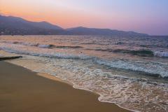 De zonsondergang van het de zomerstrand Stock Afbeeldingen