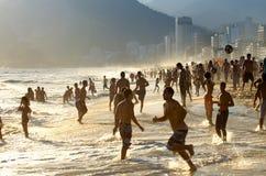 De Zonsondergang van het het Strandvoetbal van Brazilië op Ipanema-Strand Stock Afbeeldingen