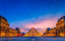De zonsondergang van het Louvremuseum Stock Afbeeldingen