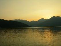De zonsondergang van het meer Stock Afbeeldingen