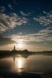 De zonsondergang van het meer stock foto's