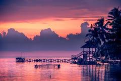 De zonsondergang van het oorlogsschip, Mooie zonsondergang op het strand, het land van het Zonsondergangmeer Stock Afbeelding