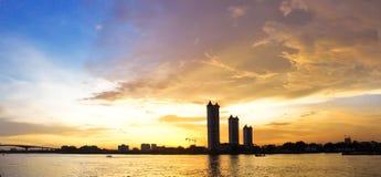 De zonsondergang van het panorama op de rivier Royalty-vrije Stock Foto