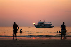 De zonsondergang van het Strand van Prao van Klong stock fotografie