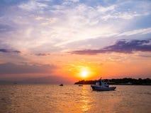De zonsondergang van het Thasoseiland in medio zomer stock foto's