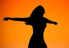 De Zonsondergang van het vrouwensilhouet Stock Afbeeldingen