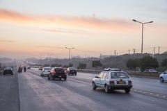 De zonsondergang van het wegverkeer in Islamabad royalty-vrije stock foto's
