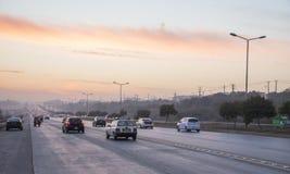De zonsondergang van het wegverkeer in Islamabad Stock Foto