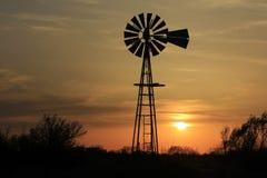 De Zonsondergang van Kansas met een Windmolensilhouet royalty-vrije stock foto's