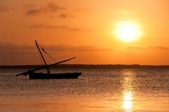 De Zonsondergang van Lamu en Keniaanse Dhow Stock Afbeeldingen
