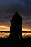 De zonsondergang van minnaars stock foto's