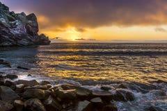 De Zonsondergang van de Morrobaai met Meeuw stock afbeeldingen
