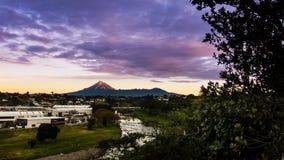 De Zonsondergang van MT Taranaki - Nieuw Plymouth, Nieuw Zeeland royalty-vrije stock foto's