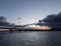 De zonsondergang van Nice achter de wateren van een meer stock fotografie