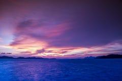 De zonsondergang van Nice bij het strand en Mooi Stock Foto's