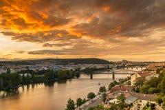 De zonsondergang van Praag over Vltava-rivier van hierboven met oranje hemel Royalty-vrije Stock Foto's