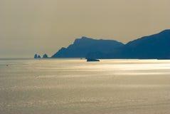 De zonsondergang van Praiano op de steile rots royalty-vrije stock foto