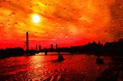 De zonsondergang van riviertheems in de regen stock afbeelding
