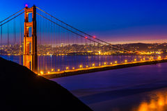 De zonsondergang van San Francisco Golden Gate Bridge door kabels Stock Foto's