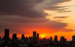De Zonsondergang van de silhouetstad in Johannesburg Zuid-Afrika stock foto