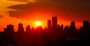 De Zonsondergang van de silhouetstad in Johannesburg Zuid-Afrika royalty-vrije stock afbeeldingen