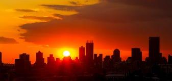 De Zonsondergang van de silhouetstad in Johannesburg Zuid-Afrika stock foto's