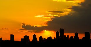 De Zonsondergang van de silhouetstad in Johannesburg Zuid-Afrika royalty-vrije stock fotografie