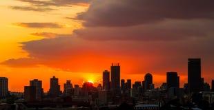 De Zonsondergang van de silhouetstad in Johannesburg Zuid-Afrika stock fotografie