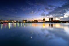 De zonsondergang van stad en meer Stock Foto