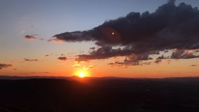 De zonsondergang van de tijdtijdspanne over de Vitosha berg dichtbij Sofia, Bulgarije Mening van de Kopitoto-Heuvel stock footage
