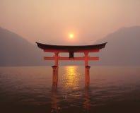 De zonsondergang van Torii