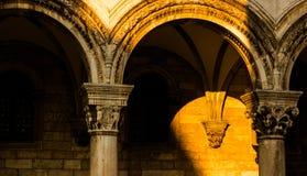 De zonsondergang verlicht de voorgevel van een oud gebouw in Dubrovnik stock afbeelding