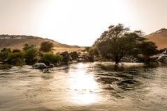 De zonsondergang, Zandduinen op de Kustlijn van het de rivierdeel van Nijl riep Eerste Cataract, Aswan Egypte royalty-vrije stock afbeeldingen