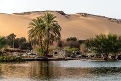 De zonsondergang, Zandduinen op de Kustlijn van het de rivierdeel van Nijl riep Eerste Cataract, Aswan Egypte stock foto's