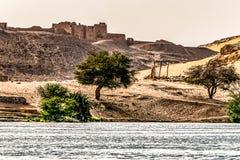 De zonsondergang, Zandduinen op de Kustlijn van het de rivierdeel van Nijl riep Eerste Cataract, Aswan Egypte stock foto
