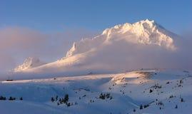 De zonsondergang zet Hood Cascade Range Ski Resort-Gebied op royalty-vrije stock afbeeldingen
