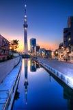 De Zonsondergangbezinning van Tokyo Skytree Stock Afbeeldingen