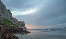 De Zonsondergangbezinningen van de schemerschemering bij Morro-Rots op de centrale kust van Californië bij Morro-Baai Californië  stock afbeelding