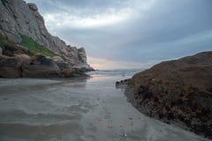 De Zonsondergangbezinningen van de schemerschemering bij Morro-Rots op de centrale kust van Californië bij Morro-Baai Californië  stock foto