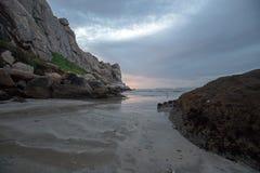 De Zonsondergangbezinningen van de schemerschemering bij Morro-Rots op de centrale kust van Californië bij Morro-Baai Californië  royalty-vrije stock foto